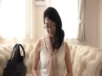 街中で五十路熟年女をナンパして新型の電マを体験してもらうjyukujo動画
