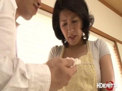 義息に迫られて発情しちゃう長身美熟女義母のjyukujo動画