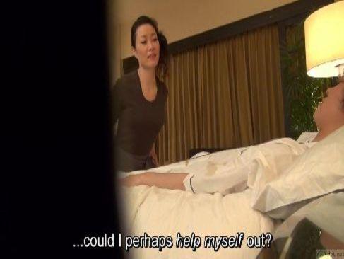 50歳の素人熟女がマッサージ師の仕事中に客に迫られて肉体関係を結んでしまう熟年女動画無料