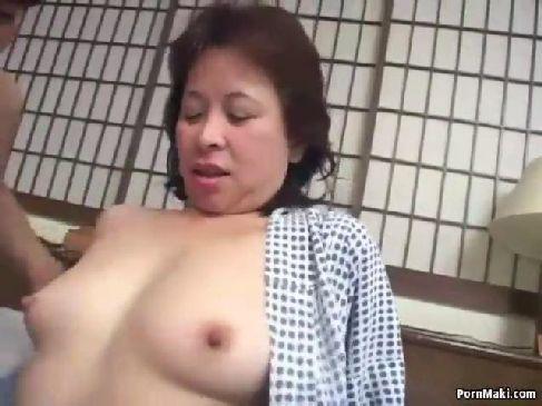 田舎に住む60代の普通の熟女が人生初の複数性交でおまんこを濡らしてるおばあさんの陰核動画無料
