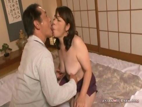 中高年の夫婦でも仲良しな五十路おばさんが濃密な性交で絶頂する日活 無料yu-tyubu