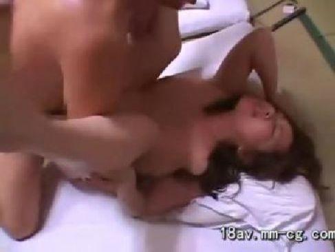 50代の中高年の夫婦が夜の営みでおまんこや陰核を弄り潮吹きしてる熟女のセックス動画無料