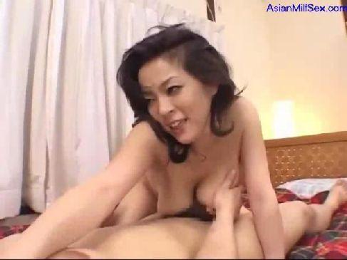 50歳の豊満美熟女が夜の生活でセクシー下着でセックスをしてる熟年夫婦生活無料動画