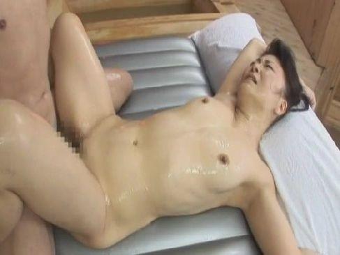 おばあさん系ソープで働く還暦熟女が貧乳な身体と熟練の性交テクで大満足させるじュクじょ kiss