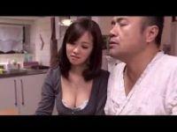 変態痴女の四十路熟女妻が食事中に旦那の肉棒を手淫して反応を愉しんでる無料オバーン