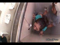 デパートのトイレで強姦魔に襲われレイプされる黒髪美熟女妻の無料オバーン