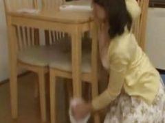 友達の巨乳なお母さんが誘惑してフェラ抜きしてくれた爆にゅう動画yu-tyubu おばさん