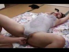 熟年夫婦が豊満な妻を縛ったり手首を拘束して夜の性生活のマンネリ解消してる個人撮影動画