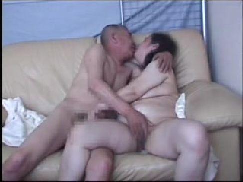 高齢夫婦が激しくお互いの体を舐め合う夫婦の営みを記録した熟年夫婦生活動画