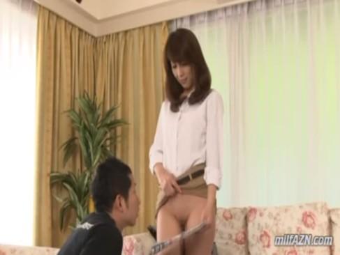 上品な四十路美熟女妻が隣人の青年にノーパンパンストを見せつけて誘惑しているjyukujo動画画像無料