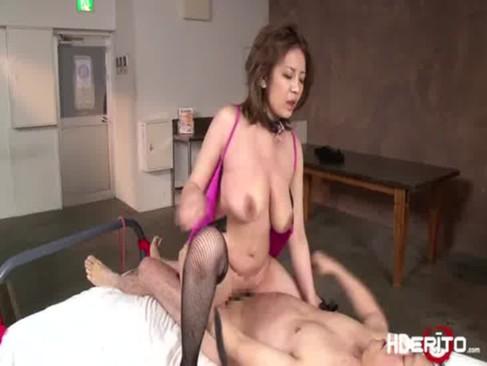 乱暴なセックスで興奮してる垂れ乳美熟女妻!旦那とのせつくすでは満足できないおばさんの陰核動画