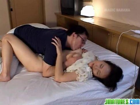 昭和の熟女夫婦がマッサージからの濃密セックスで愛を深めおまんこに中出ししてる田舎の夫婦動画無料