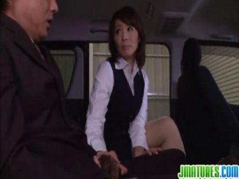 同じ会社で働く熟年夫婦が営業周り中の車の中で濃厚な性行為をして愛を育む日活ロマン無料映画系おばさんの動画