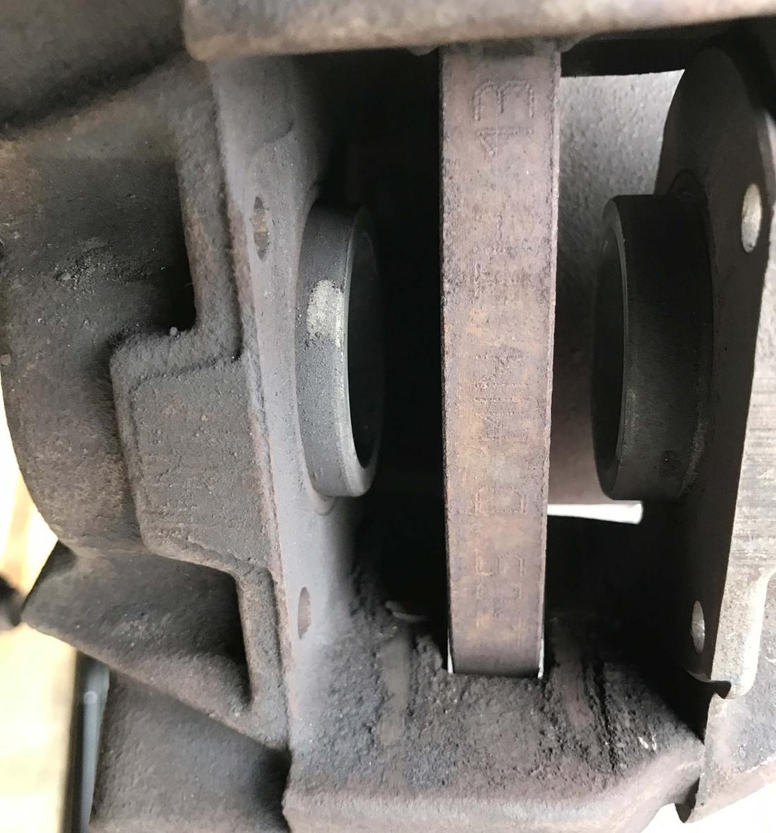 Hinterachse ohne Beläge, ein Kolben