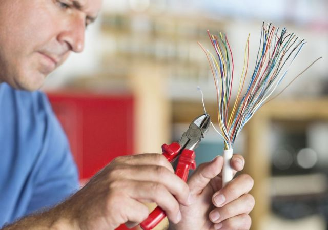 An Electrician | Electrical Services | Electrician Jobs ... on