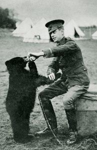 Lt. Coleburn og Winnie (den senere Petr Plys), fotograferet i sommeren 1914.