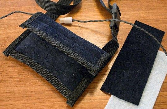 Tasken avbildet med tøystykker.