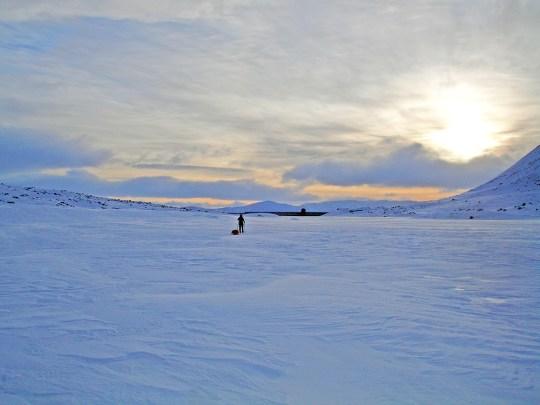 Marianne inn i solnedgangen på Mårfjorden.