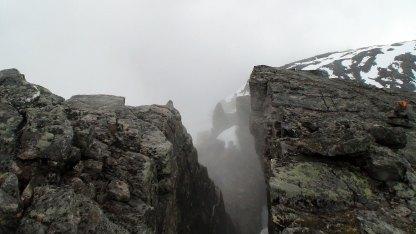Store sprekker i fjellet.