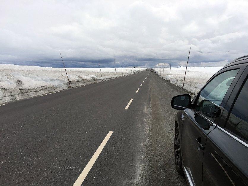 Ved bilen på veien over Valdresflye.