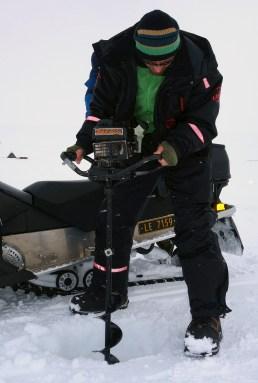 Helge Kaasin i aksjon med isboret. Foto: Edmund J. Grønmo.