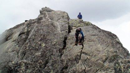 Greit å sikre seg til toppen, det er meget eksponert her oppe og litt glatt.