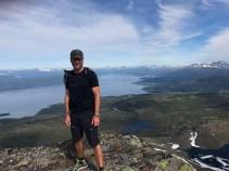 Helge på toppen med Narvik i bakgrunnen.