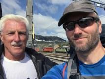 Far og sønn på Finse stasjon (1222 moh.).