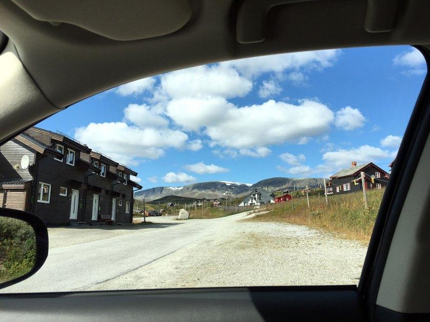 Siste bildet av Hallingskarvet på turen, sett ut gjennom sideruten av bilen på Ustaoset.