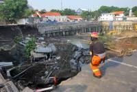 Pengaspalan Jalan Ambles di Surabaya Tertunda Karena Hujan