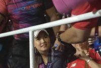 Hadir di Laga Timnas U-22, Miyabi jadi Rebutan Foto oleh Pendukung