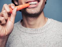 Waspadi Kebiasaan Makan Hanya di Satu Sisi Mulut