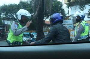 Polisi dan pengendara motor