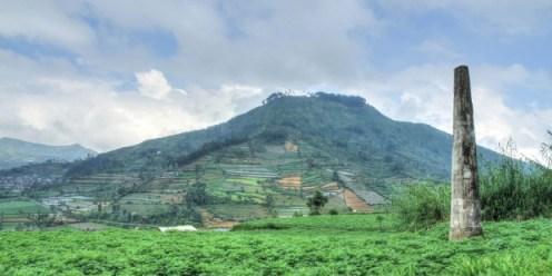 Tugu Peringatan Dukuh Legetang di kawasan pegunungan Dieng