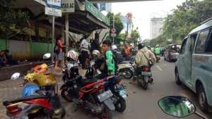 Potret ojek online yang mangkal memakan ruas jalan