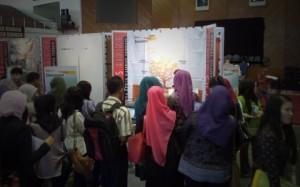 Suasana-Pencaker-mendatangi-Stand-Bank-Danamon-di-Auditorium-Universitas-Andalas-Padang
