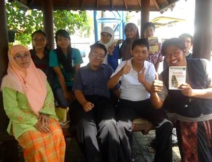 Pengurus dan Anggota FAM Cabang Surabaya bersama Eko Prasetyo, penulis buku dan mantan editor usai diskusi kepenulisan, (8/12) lalu di kampus Universitas Dr. Utumo Surabaya. (Foto: Ist/red.)