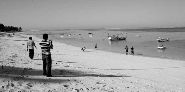 Pantai Nemberala di Pulau Rote, Nusa Tenggara Timur, merupakan salah satu tujuan wisata selancar di Tanah Air yang disukai peselancar dari sejumlah negara. Sayangnya, seperti terlihat beberapa waktu lalu, kawasan itu kurang tertata dan minim pemasaran. (Foto:Kompas.com)