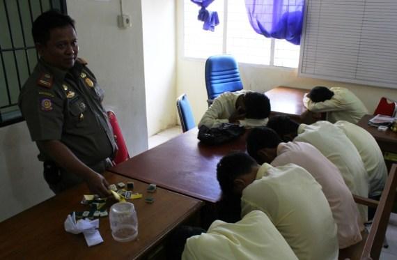 Enam Pelajar SMK saat diamankan di Kantor Satpol PP Kota Padang. FOTO/GS