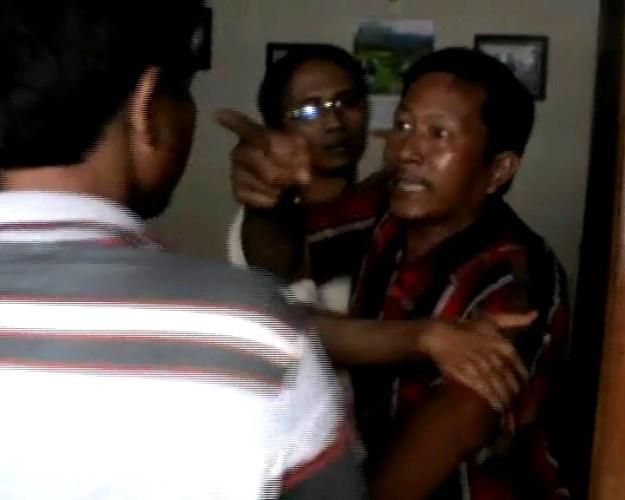 Suami korban tengah mengamuk dengan salah seorang anggota LBH Padang. FOTO/BS