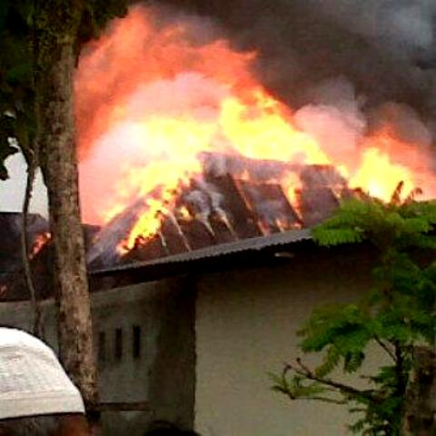 Kebakaran menghanguskan tiga rumah dan sepada motor di kawasan Anduring, Kota Padang. FOTO/HP