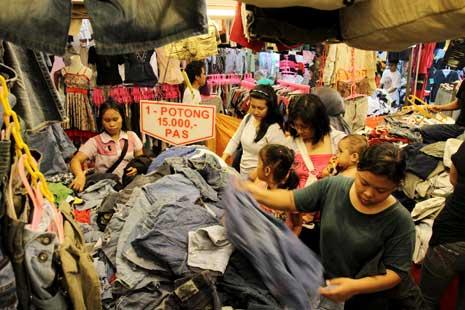 Para Pembeli yang Sibuk Memilih Pakaian Bekas Foto: sosialberita.net
