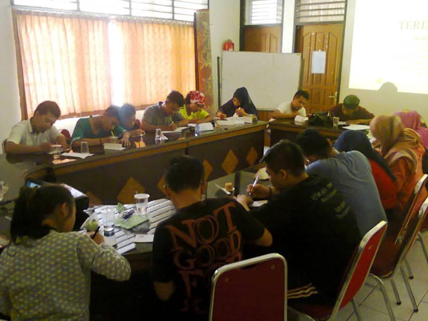 Sebanyak 17 peserta Grand Finalis Sumbar Talenta ke-10 mendapat bimbingan menulis kreatif sebagai salah satu kegiatan karantina, Rabu (9/4), di Balai Pelestarian Nilai Budaya Padang. Foto : Istimewa
