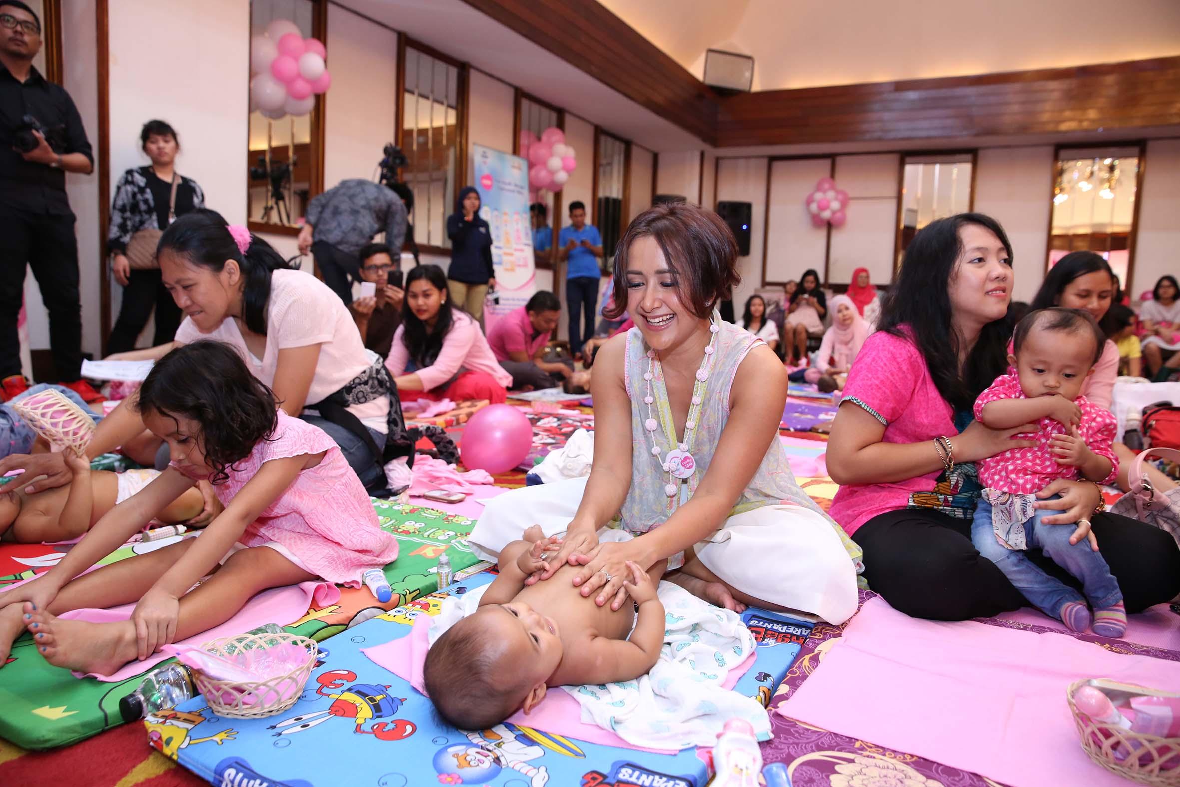 Widi Mulia dan Anak, ikut melakukan pijat bayi bersama ibu-ibu dalam workshop Fun Baby Massage. Foto : Istimewa