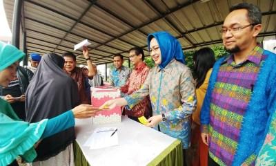 Pembagian Sembako cuma-cuma BPJS Ketenagakerjaan Kota Tangerang Selatan (Tangsel) bekerjasama dengan Pemerintah Kota Tangsel di Kecamatan Setu, Kamis 22 Juni 2017