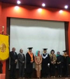 Siti Napsiyah Ariefuzzaman usai sidang promosi doktor di Universitas Indonesia, Senin 19 Juni 2017