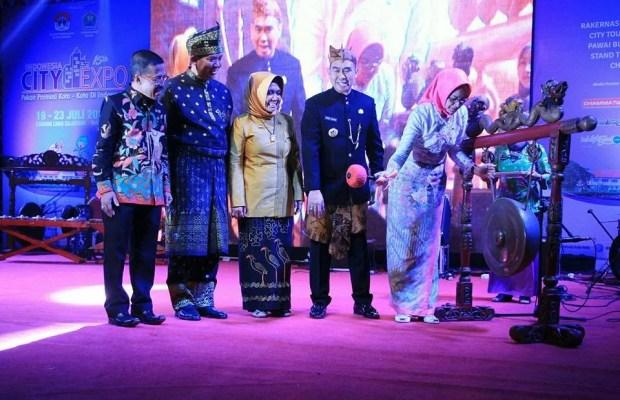 Ketua Apeksi Airin Rachmi Diany sat membuka Pameran Indonesia City Expo 2017 di Luar STadion Gajayana Kota Malang, Rabu 19 Juli 2017 malam. (kabartangsel).