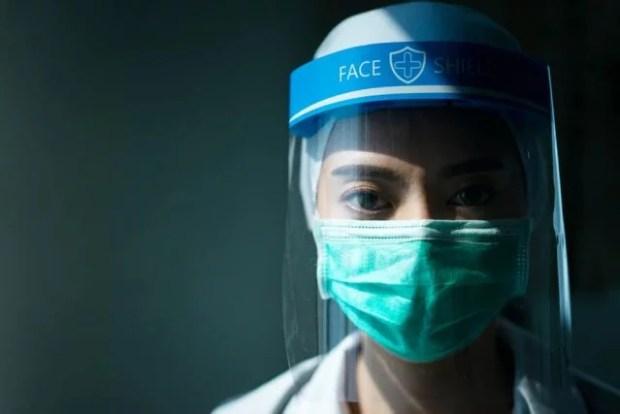 memakai masker dengan benar untuk mencegah penularan covid-19