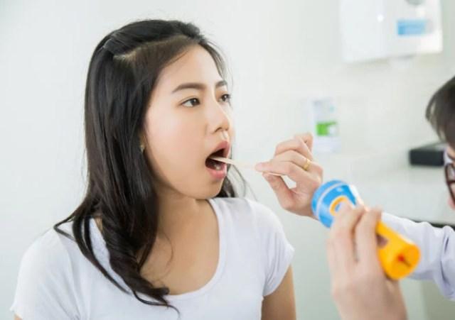membuka mulut saat periksa dokter