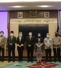 "INDOPOLITIKA.COM -- Menjelang hari terakhir menjabat sebagai Walikota Tangerang Selatan (Tangsel) Airin Rachmi Diany melantik Penanggungjawab Sekretaris Daerah ( Pj Sekda) Bambang Noertjahjo menjadi Sekda definitif. Pelantikan berlangsung di Aula Blandongan Balaikota Tangsel, Kecamatan Ciputat, Senin (19/4). ""Pelantikan Sekda definitif ini hakikatnya, untuk terus meningkatkan kinerja birokrasi dan pelayanan Pemkot Tangsel dapat berjalan dengan baik dan sesuai aturan ketentuan yang berlaku,"" kata Walikota dua Periode ini saat memberikan sambutannya. Airin mengatakan, Sekda memiliki peran sangat penting dan strategis atas kedudukan dan tanggungjawabnya sehingga dituntut untuk berperan mendorong dan mengajak para pegawai untuk professional, konsisten dan akuntabel. ""Sebagai Sekda, Jiwa kepemimpinan dituntut, tujuannya membangun kepercayaan dan loyalitas untuk menjalankan tugas pokok Pemkot Tangsel,"" ucapnya. Orang nomor satu di Pemerintahan Kota Tangsel ini menilai tantangan didepan mata yakni mencegah dan menanggulangi masalah Pandemi Covid-19 yang masih berlangsung dengan berdampak pada keterpurukan perekonomian masyarakat. ""Masyarakat butuh kebijakan pemerintah untuk keberlangsungan kehidupannya ditengah kesulitan ekonomi akibat Pandemi Covid-19. Semoga, Sekda bisa membantu kepala daerah dalam mengambil keputusan skala prioritas sekaligus kelancaran pelaksanaan program,"" tandasnya. Sekda Pemkot Tangsel Bambang Noertjahjo menyatakan akan membantu kepala daerah menjalankan Rencana Pembangunan Jangka Menengah Daerah (RPJMD) dan visi misi yang sudah ditetapkan. ""Bu Airin, masa jabatan berakhir hari Selasa (20/4) dan pelantikan Walikota baru pada 26 April mendatang. Selama kokosongan tersebut, saya ditunjuk sebagai pelaksana harian sampai pelantikan kepala daerah terpilih,"" singkatnya."